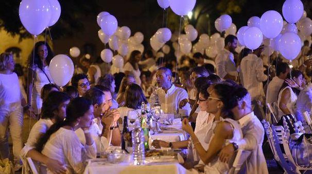 Un momento della scorsa edizione della cena in bianco in piazza Carducci (Schicchi)