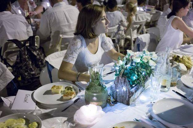 Cena in bianco in piazza Carducci a Bologna (foto Schicchi)