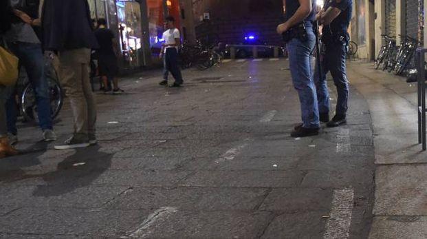 La polizia in via Zamboni dove è avvenuto il pestaggio (foto Schicchi)