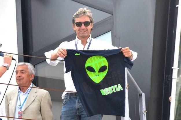 Il sindaco Gnassi con la maglia di Enea Bastianini (foto Petrangeli)