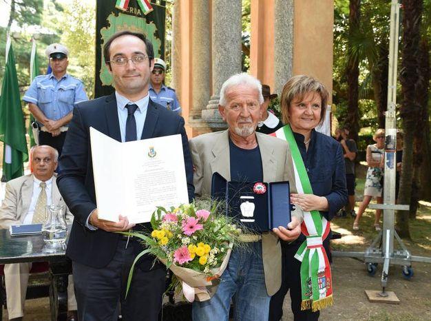 Matteo Redaelli (foto Cusa) premia l'alpinista Graziano Bianchi