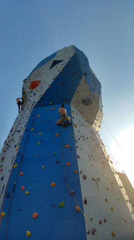 La torre per l'arrampicata sportiva in via del Fonditore a Bologna realizzata dall'Up Urban Climbing
