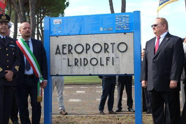 La lapide originale in marmo dell'Aeroporto Ridolfi di Forlì (Foto Frasca/Fantini)