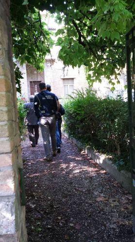La polizia sul luogo del delitto in via Genocchi (foto Priviato)
