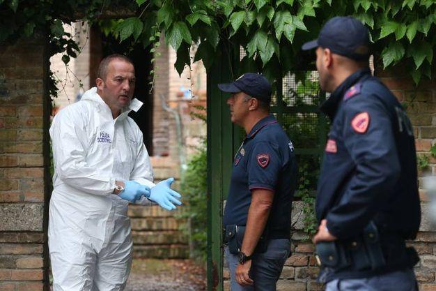 La scientifica al lavoro sul luogo del delitto di Giulia Ballestri (foto Zani)