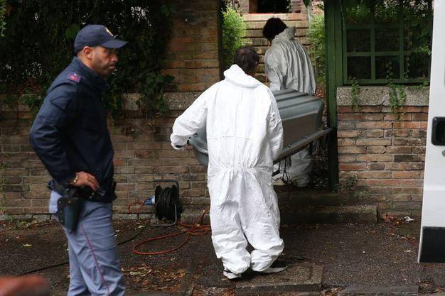 Omicidio in via Genocchi, il corpo di Giulia Ballestri viene portato via dalla polizia mortuaria (foto Zani)