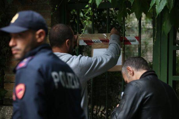 La polizia scientifica al lavoro sul luogo del delitto di Giulia Ballestri (foto Zani)