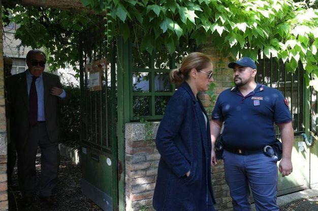 Gli inquirenti sul luogo del delitto in via Genocchi (foto Zani)