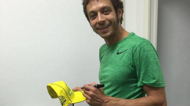 Valentino Rossi firma gadget per Kakegawa