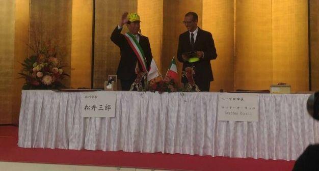 Il sindaco giapponese con il cappellino di Valentino Rossi