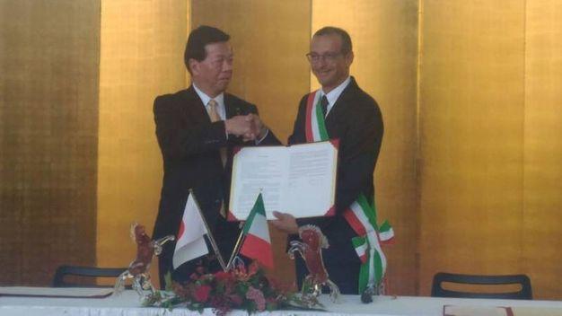 La firma del gemellaggio