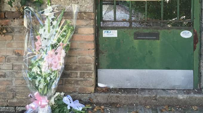 Fiori per Giulia Ballestri nella villa dell'orrore (foto Zani)