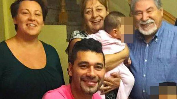 Un'immagine felice delle famiglie Tizzani, quella del padre indagato e del figlio Paolo