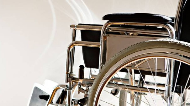Una sedia a rotelle (Olycom)