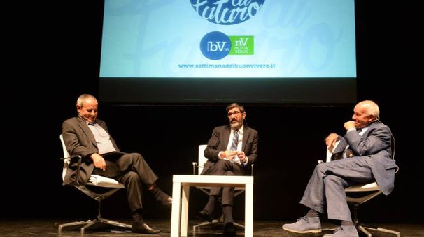 L'incontro tra l'ex segretario Prc Fausto Bertinotti e Juliàn Carròn (Foto Frasca)