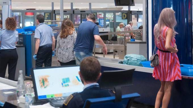 Controlli in aeroporto a Bologna (Schicchi)