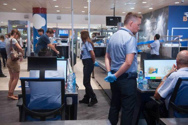 Oggetti sequestrati ai passeggeri in partenza al Marconi (Fotoschicchi)