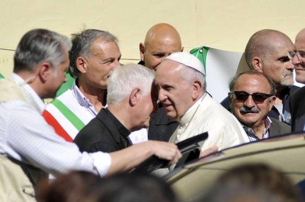 Papa Francesco abbraccia il vescovo di Ascoli Giovanni D'Ercole (Ansa)