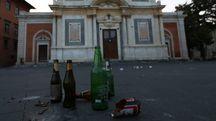 Movida, resti di bottiglie, in piazza dei Cavalieri (foto di Valtriani)