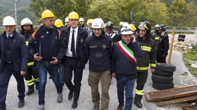 Matteo Renzi nella zona rossa ad Accumuli (Ansa)