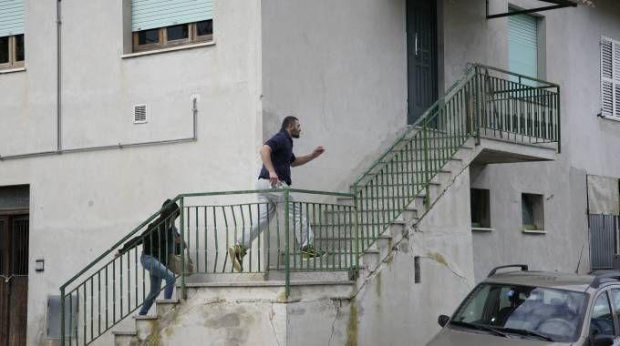 Amedeo Mancini torna a casa, seguito dalla sorella (foto Zeppilli)
