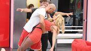 Bettarini e Valeria, ballo scatenato al Grande Fratello Vip (LaPresse)