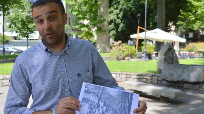 Il vicesindaco Davide Trussoni mostra il progetto  di Pratogiano