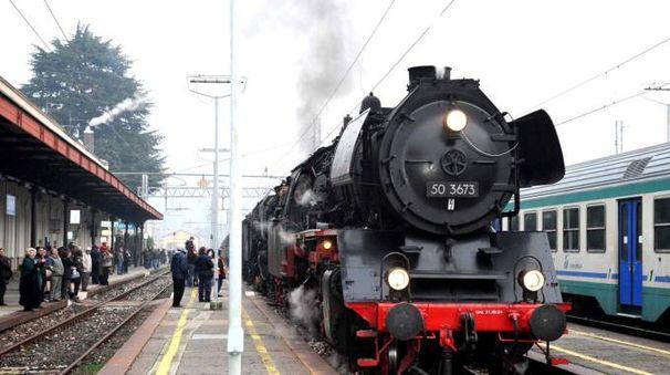 Un treno storico in partenza dalla stazione di Luino