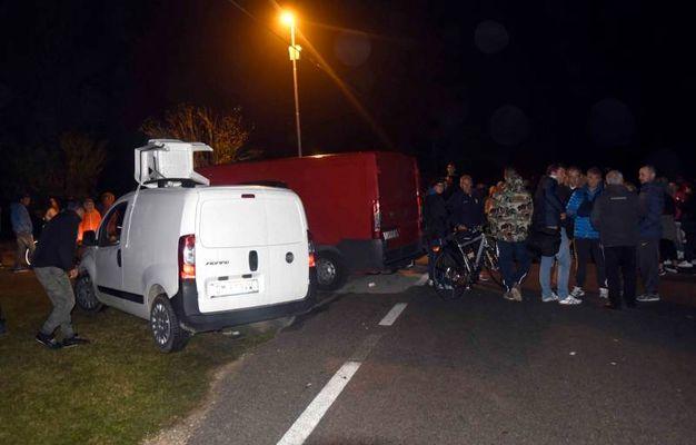La barricata dei residenti di Gorino per impedire l'accesso al paese alle 11 profughe (Foto Businesspress)