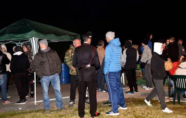 La barricata di Gorino allestita con tendoni e panchine (Foto Businesspress)
