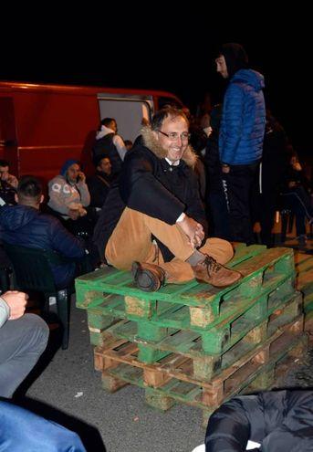 Residenti di Gorino durante la barricata contro i profughi (Foto Businesspress)