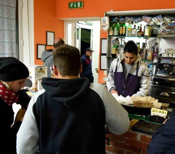 Gorino, un caffè durante la protesta (Foto Businesspress)