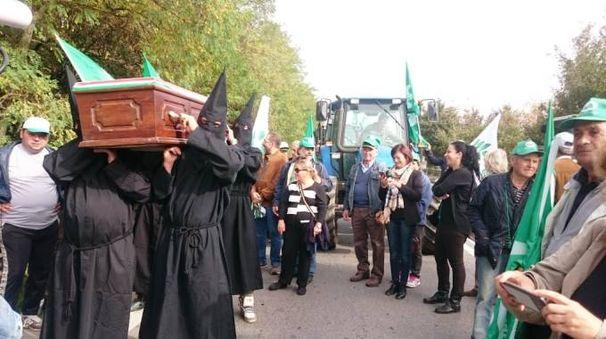 Un momento del finto funerale