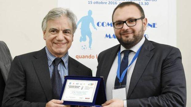 Giuseppe Fulco (a sinistra), presidente del Rozzano Calcio, riceve il riconoscimento
