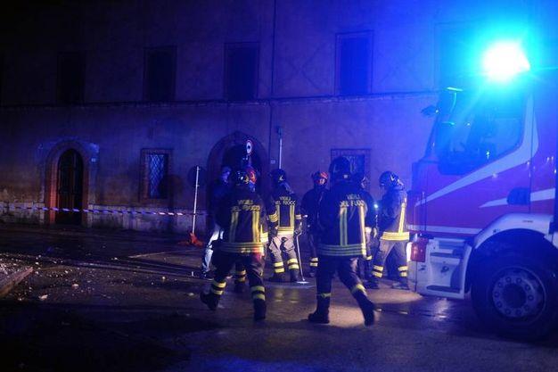 I vigili del fuoco al lavoro a Visso (Lapresse)