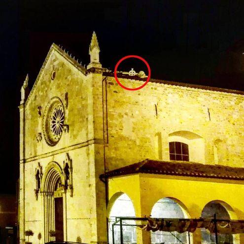 La chiesa di San Benedetto di Norcia, caduto il crocifisso che decorava la sommita della facciata (Ansa)