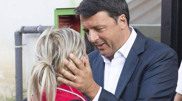 Matteo Renzi durante la visita alla popolazione vittima del terremoto del centro Italia del 24 agosto 2016 (foto Ansa)