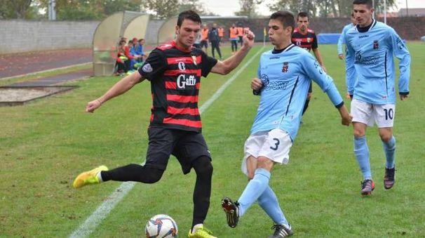 Il centrocampista oltrepadano Francesco Pitarresi contrastato