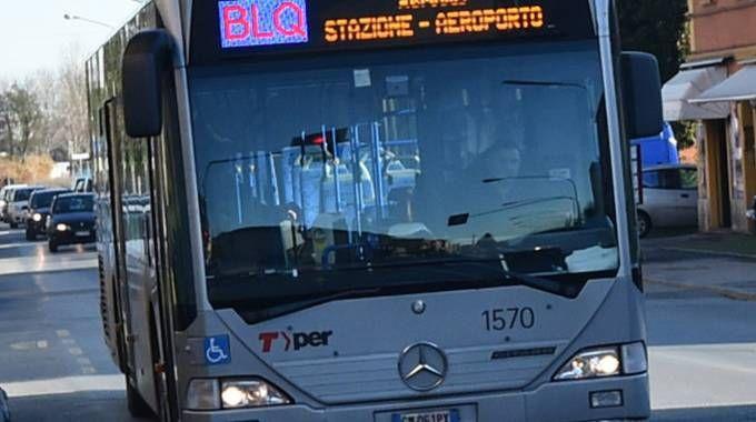 Un bus Blq che collega stazione e aeroporto di Bologna (foto Schicchi)