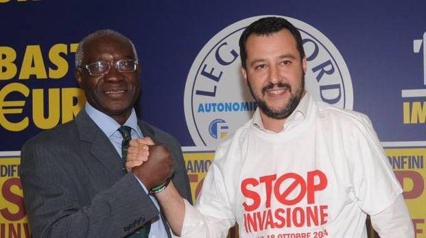 Matteo Salvini con Toni Iwobi (Newpress)