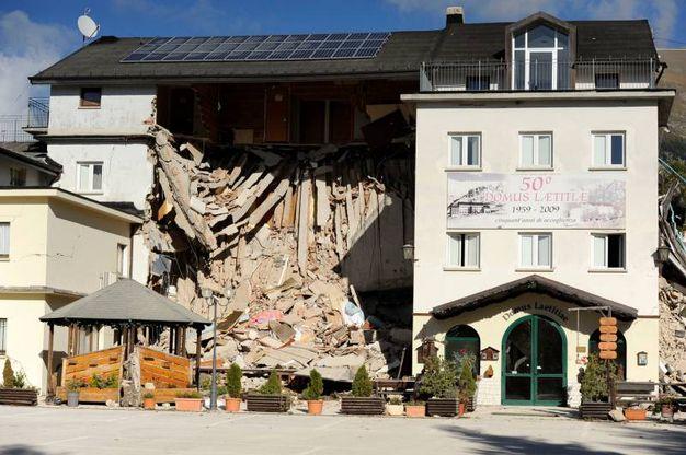Quel che resta dell'hotel di Frontignano (foto Calavita)