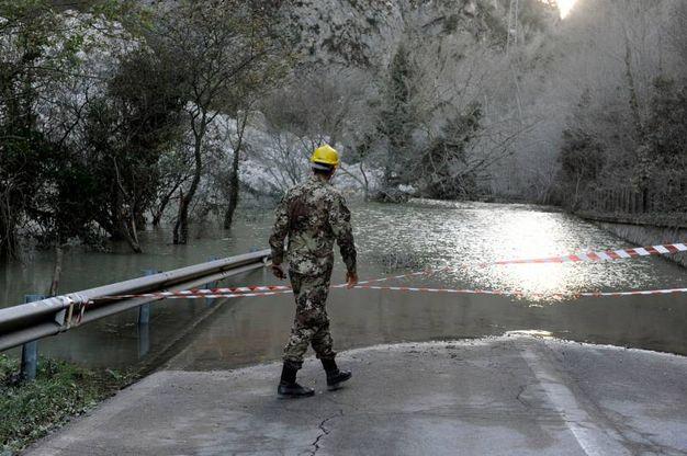 La frana nella Valnerina che fa esondare il fiume Nera (foto Calavita)
