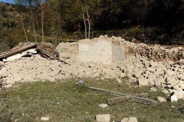 Una cappella con recinto completamente distrutta tra Frontignano e Castelsantangelo (foto Calavita)