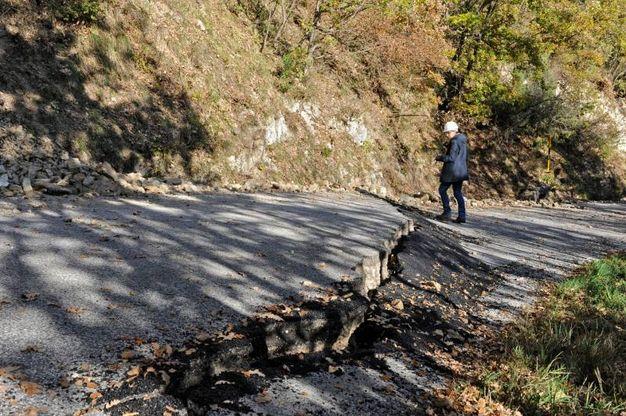 L'asfalto tra Frontignano e Castelsantangelo sul Nera (foto Calavita)