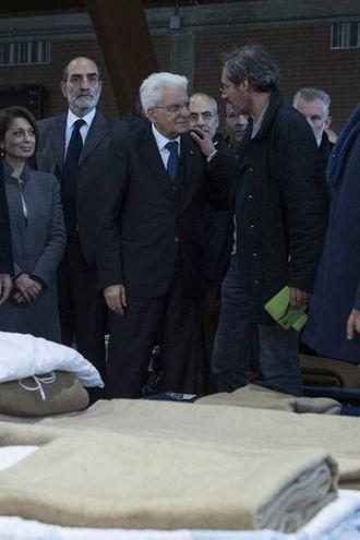 Sergio Mattarella in visita in uno dei palazzetti dello sport che ospitano gli sfollati (Foto da Quirinale.it)