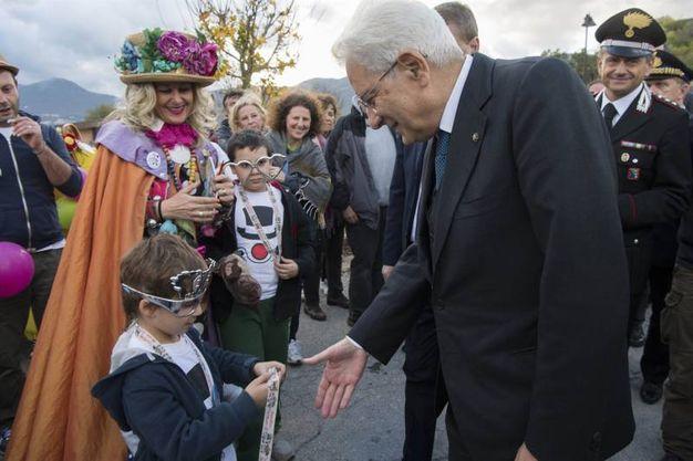 Mattarella si intrattiene con un bambino (Foto da Quirinale.it)
