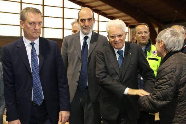 Il Presidente della Repubblica stringe la mano a un terremotato (foto Conforti)