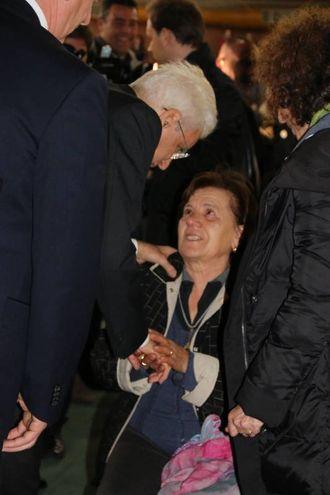 Il Presidente della Repubblica Mattarella rincuora una donna vittima del terremoto (foto Conforti)