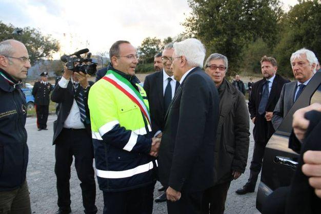 Il Presidente Sergio Mattarella stringe la mano al Sindaco di Camerino, Gianluca Pasqui (foto Conforti)