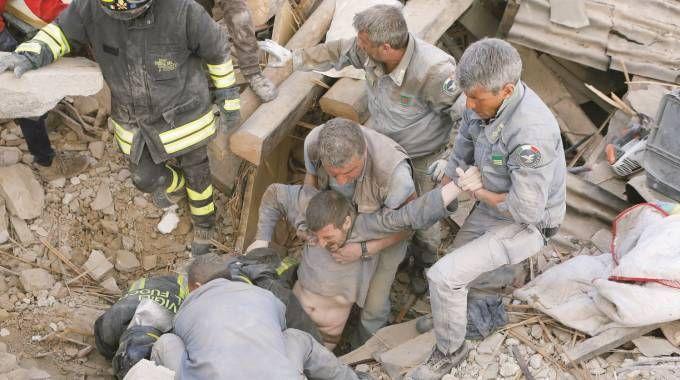 Un uomo estratto vivo dalle macerie durante il sisma di Amatrice